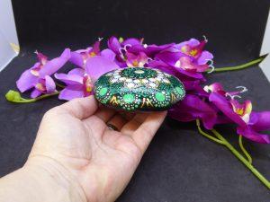 dot painting mandala steen